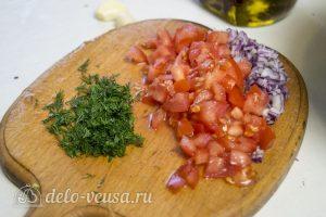 Гуакамоле с помидорами: Измельчить помидоры, лук и зелень