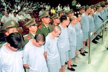 Что делает Китай с ворами, бежавшими на Запад? Отправляет охотников по следу!