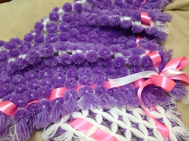 Плед с фиолетовыми помпонами