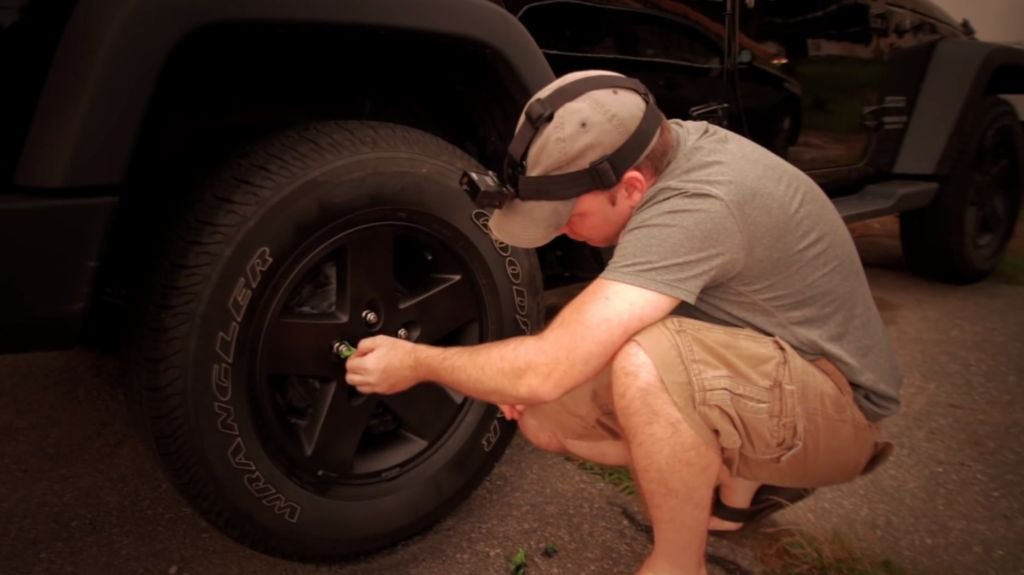 Как покрасить колёсные диски не снимая резину