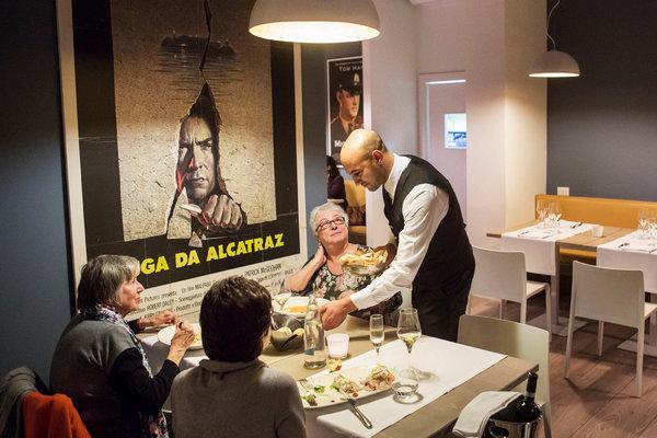 В действующей Миланской тюрьме открыли  ресторан. Обслуживают зеки.