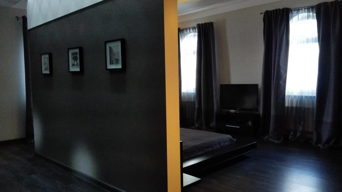 """""""Моя спальня"""": 7х8 метров с тремя дверьми и оригинальным потолком"""