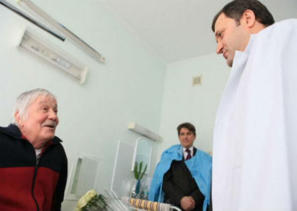Несколько раз его в больнице навещал премьер-министр Владимир Филат.