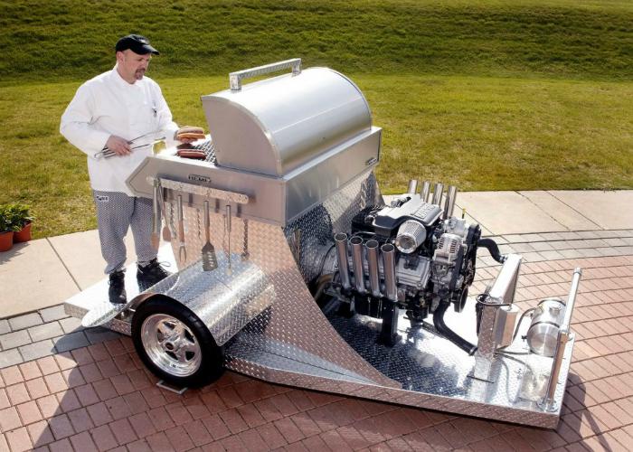 Необычное барбекю в форме двигателя от автомобиля.