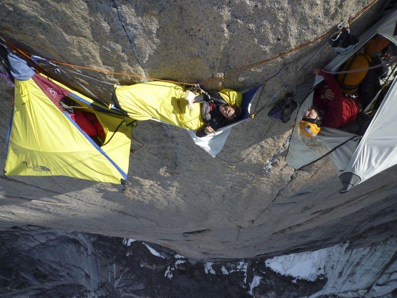 Спокойной ночи, альпинист! Мама, дорогая. Они спят прямо на стенах!