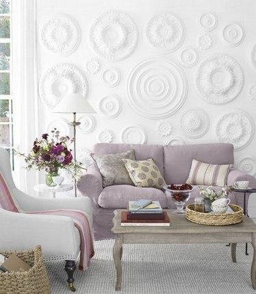 Декор обоями за диваном