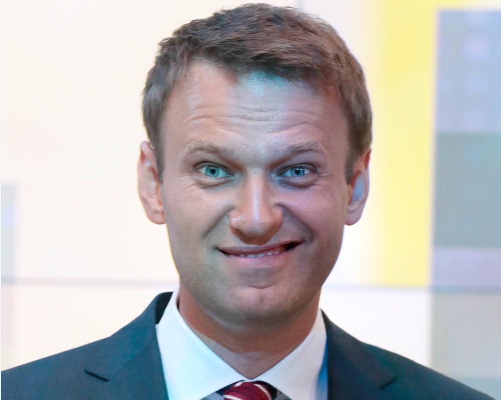 Почему Навальный такой смелый, а его никто не трогает?