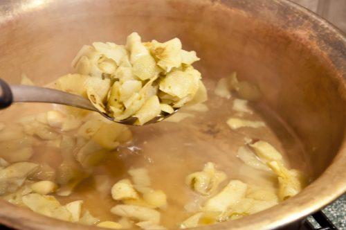 Нужно очистить яблоки от шкурки. Нужна цедра и сок одного лимона. Шкурки от яблок не выбрасываю. Складываю их в таз и заливаю 2 стаканами воды. Яблоки нарезаю кубиками. Добавляю цедру лимона. Шкурки от яблок вывариваю 15 минут. Затем их вынимаю. В тазу остается немного жидкости. Засыпаю в нее яблоки. Добавляю сахар. Выжимаю лимонный сок. Не забыть палочку корицы и коробочки кардамона. Варю на среднем огне, каждые 15 минут помешиваю. Примерно через 1 час 45 минут джем становится очень густой. Раскладываю по стерилизованным банкам и закрываю крышкой. Важно. Таз для варки варенья должен быть большой площади. Варить за один раз лучше не больше двух килограмм.
