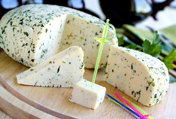Приготовить твердый сыр в домашних условиях из