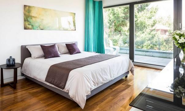 Темно-бирюзовые шторы в спальне