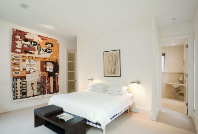Декор шпалерами с абстракным рисунком может стать интересным акцентом в светлом открытом помещении в современном или эклектичном стиле