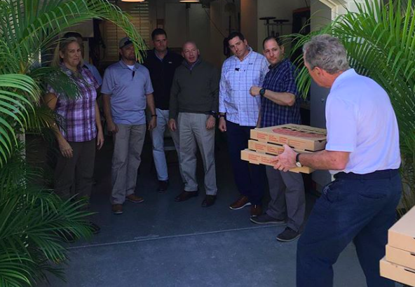 Картинки по запроÑу Джордж Буш — младший доÑтавлÑет пиццу федеральным Ñлужащим