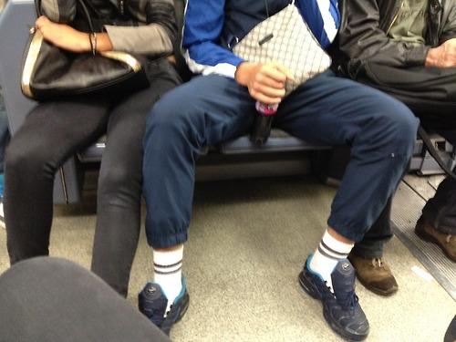 Два парня раздвигают ножки девочки фото 450-291
