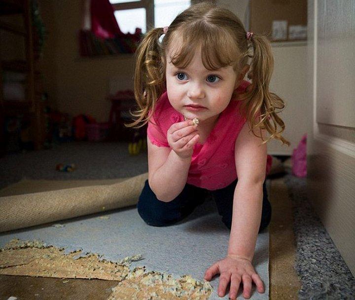 4-х летняя девочка питается коврами