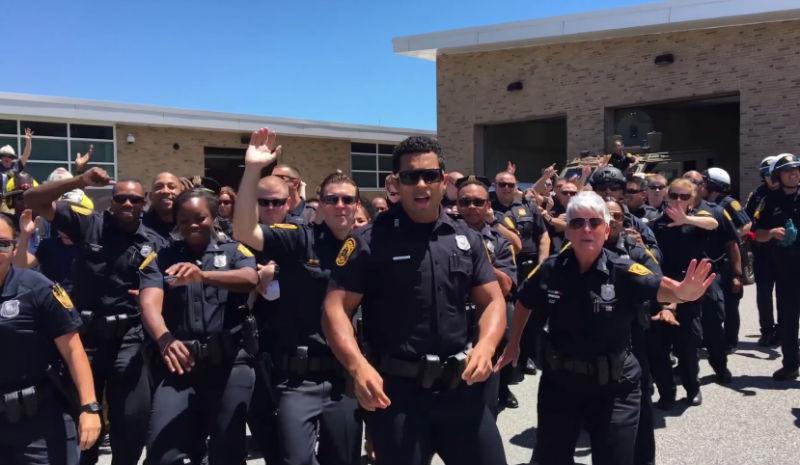 Американские полицейские станцевали в обеденный перерыв, и это видео сделало наш день