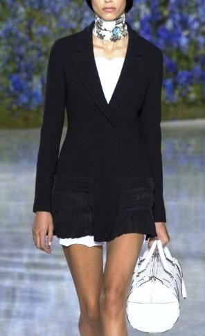 Christian Dior весна-лето 2016: строгие силуэты и классика в черно-белых вариациях