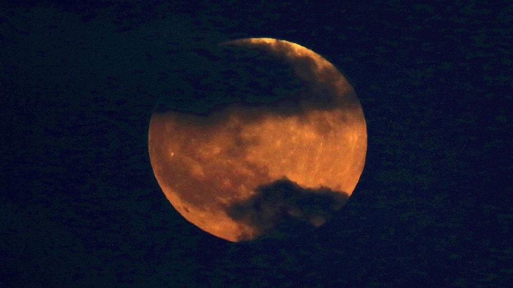 """Магия в небе. В интернет выложили впечатляющие снимки """"кровавой луны"""""""
