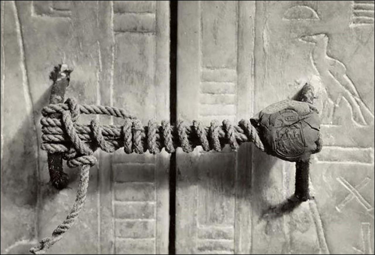 Печать на гробнице Тутанхамона, 1922. Оставалась нетронутой 3,245 лет Историческая фотография, история, факты
