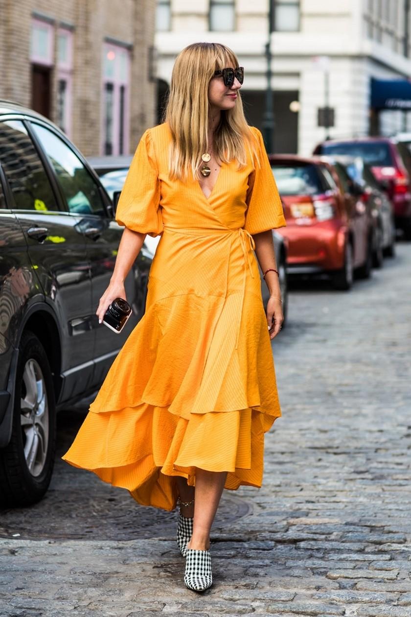 Девушка в оранжевом платье с воланами