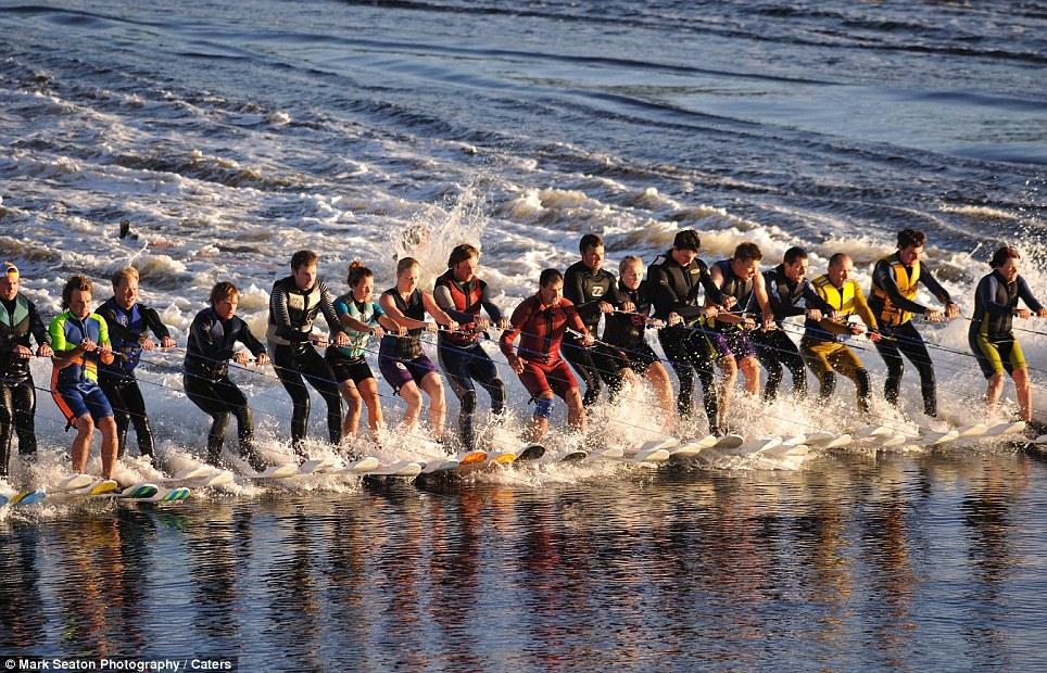 419 Новый мировой рекорд   один катер, 145 воднолыжников