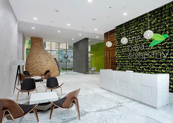 Переговорная комната в пространстве офиса.
