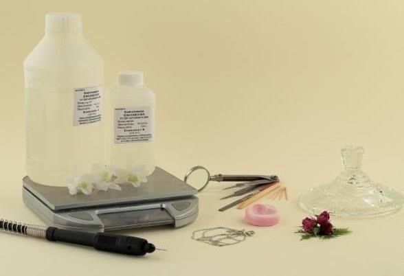 Кулон с розой из эпоксидной смолы