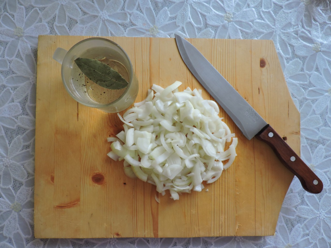 Обжарить свиные рёбрышки на растительном масле с двух сторон до подрумянивания, а в это время нарезать лук. еда, рёбрышки. вкусно. мясо. к пиву, своими руками, сделай сам