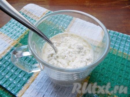 В теплом молоке растворить 1 чайную ложку сахара и дрожжи. Добавить 1 столовую ложку муки и убрать в теплое место на 20-25 минут.