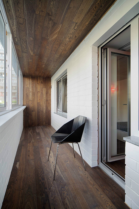 Дизайн балкона кирпич дерево