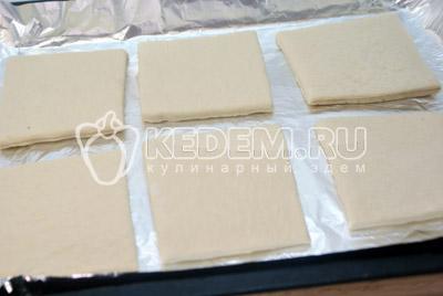Слоёное тесто немного раскатать и разрезать на 6-8 квадратиков. - Слоёные пирожные «Мокрый наполеон». Фото рецепт приготовление слоёных пирожных.
