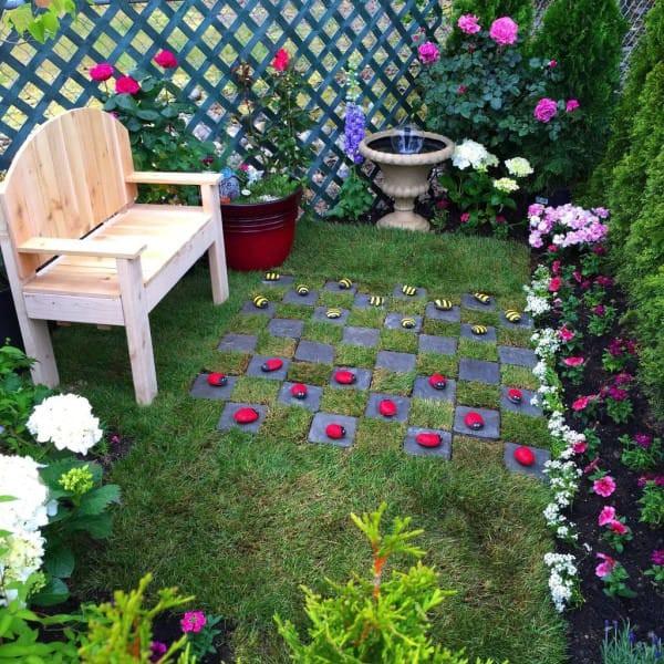 Родители девочки замысловато украсили сад и поставили туда скамейку. идеи для дачи, подарки детям, сад