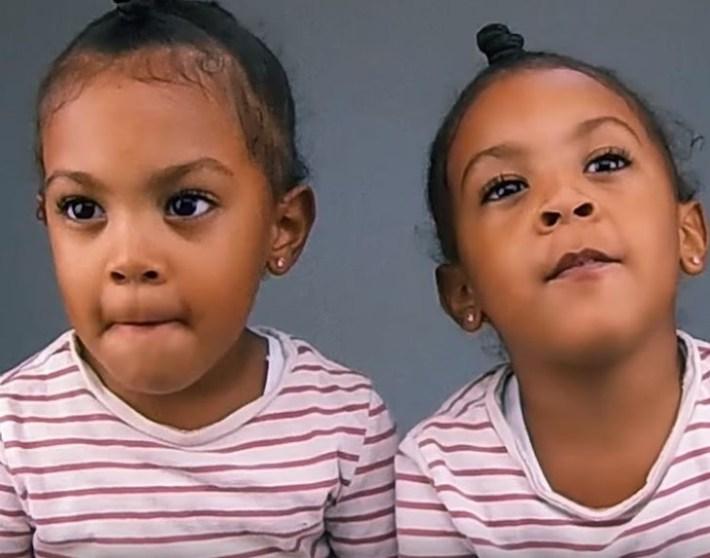 Мама сняла на видео момент, когда близняшки поняли, что выглядят одинаково