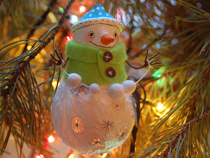 Мастерим снеговичков из лампочек