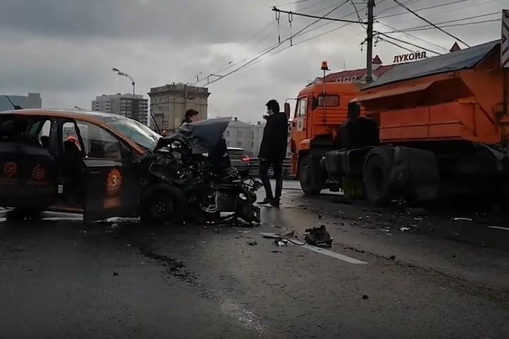 Пять человек пострадали в ДТП со снегоуборочной машиной в Москве
