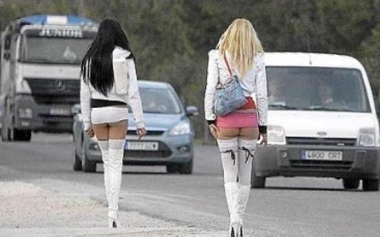 vdol-nochnih-dorog-stoyat-prostitutki