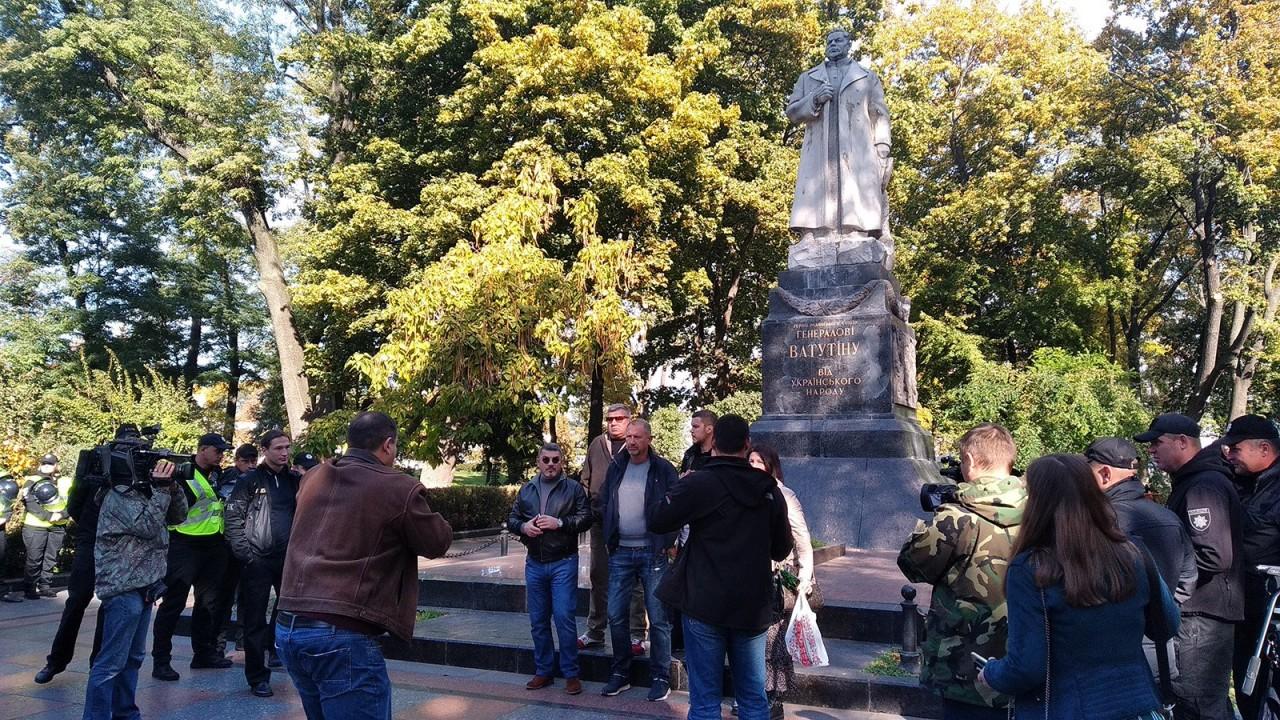 Киевская полиция не позволила радикалам уничтожить памятник Ватутину
