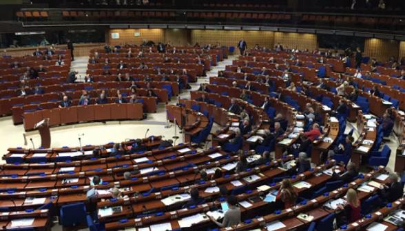 Украинские шуты предложили в ПАСЕ резолюцию о раздаче депутатам костюмов химзащиты