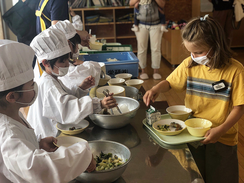 Крабы, икра и вареная капуста: школьное питание в Японии