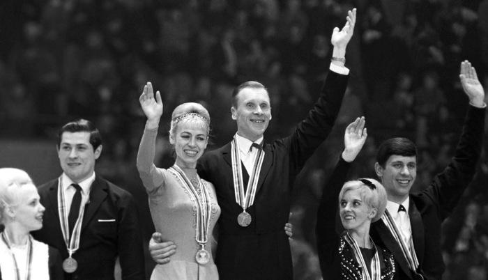 Олимпийские чемпионы 79-летняя Людмила Белоусова и 83-летний Олег Прототопов снова вышли на лед