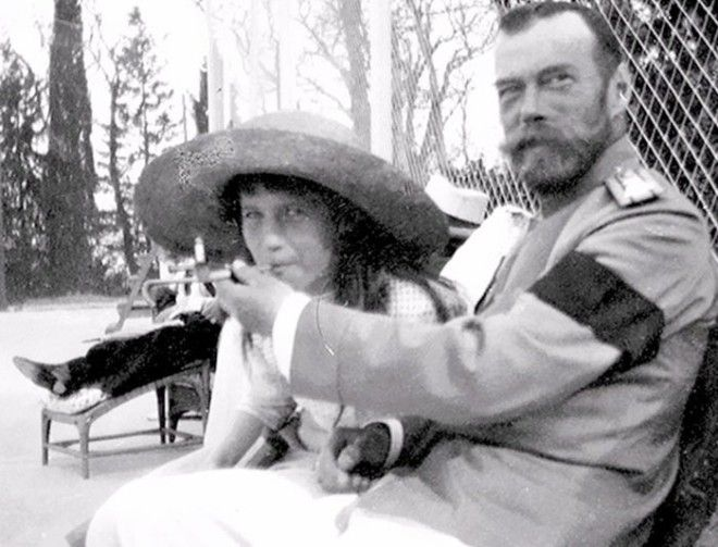 2 Царь Николай Второй дает покурить свой дочери Анастасии война история память