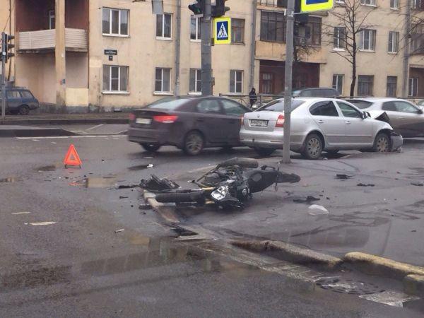Иномарка сбила мотоциклиста и велосипедиста. СПБ 03.04.15г.