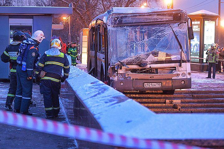 """Авария у """"Славянского бульвара"""": водителя влетевшего в переход автобуса не могут допросить из-за серьезной травмы"""
