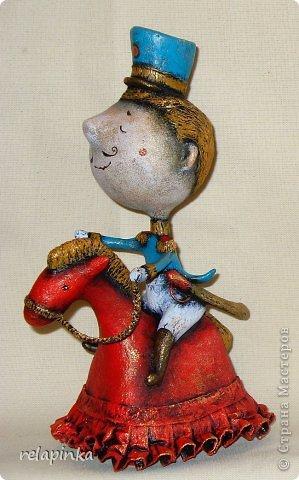 Игрушка 23 февраля Папье-маше Маленький генерал на прекрасной лошадке в красном Бумага фото 1