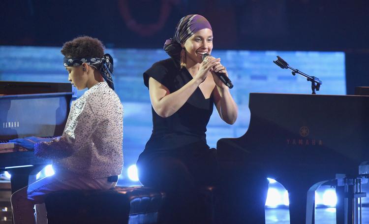 Алиша Кис выступила дуэтом с 8-летним сыном на iHeart Radio Music Awards-2019