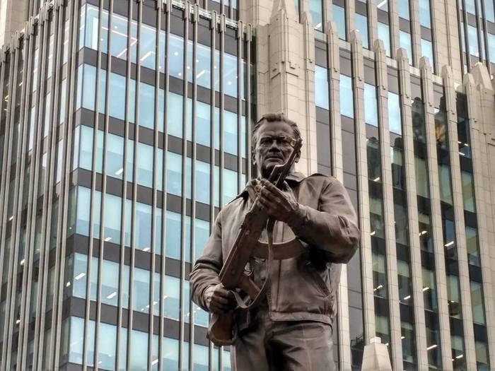 «Те, кто пытается изыскать какие-то ошибки, работают, по сути, на врага»: Автор памятника Калашникову отказался исправлять монумент