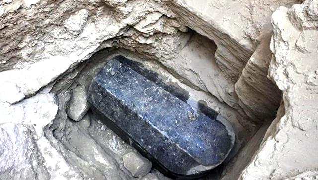Ученые установили, кто был похоронен в обнаруженном черном саркофаге