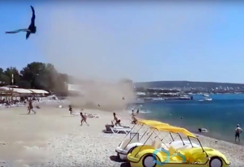 Видео: в Геленджике по пляжу…