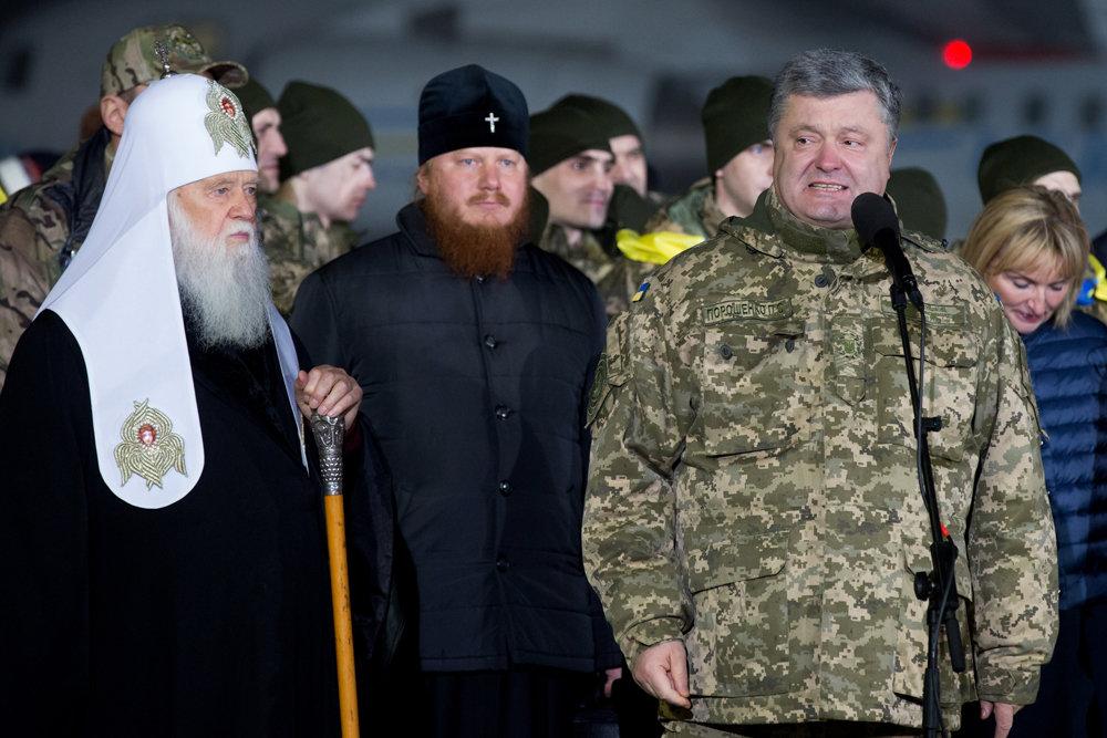 Порошенко устроил красочное шоу из встречи своих военнопленных