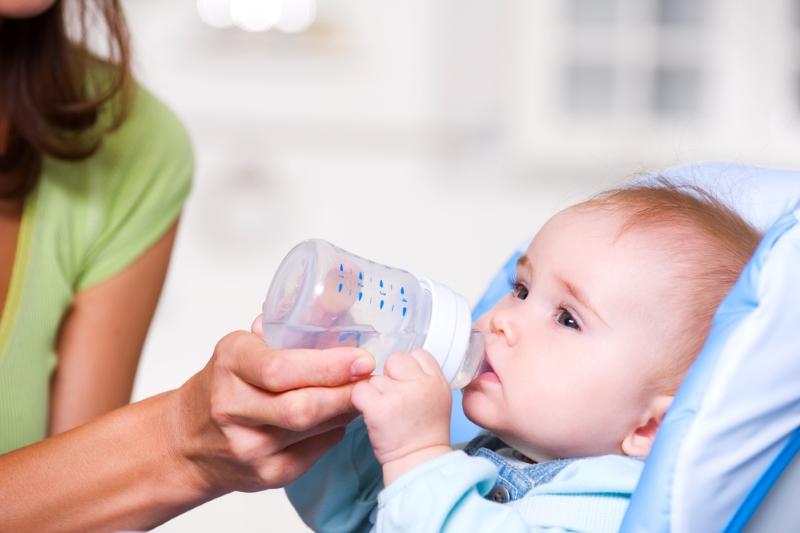 Нужно ли поить грудного ребенка водой
