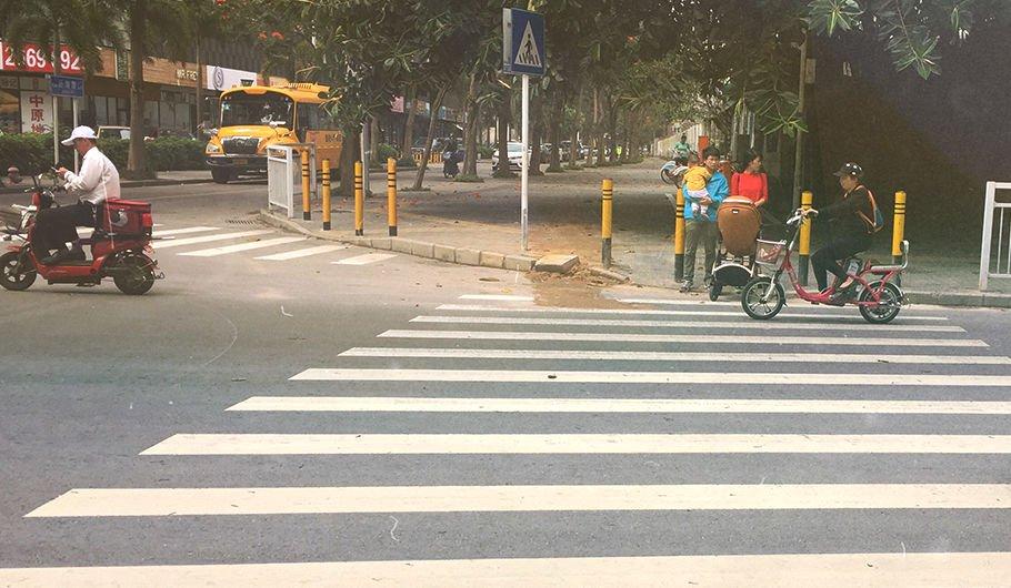 ДТП по-китайски. Водители добивают пешеходов, чтобы не платить